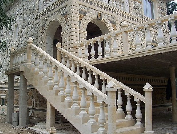 Лестница из песчаника, наконечники тумб, рустовый камень